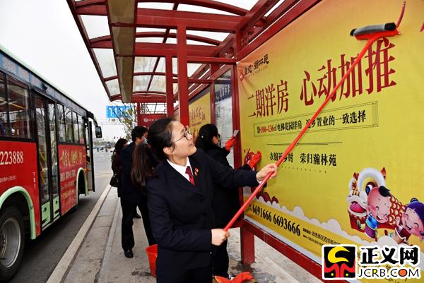 滁州凤阳:清洁公交站台